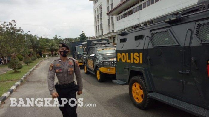 Kawal Audensi TI Tungau, Puluhan Personel Ditsamapta Polda Siaga di Kantor Gubernur Bangka Belitung