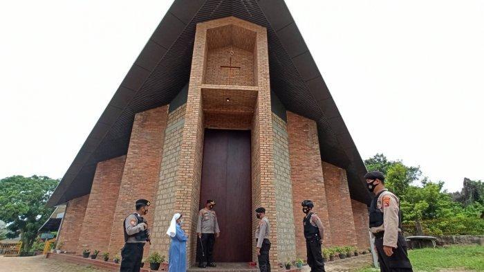 Personel Polres Bangka Selatan saat mengecek sekaligus pengamanan di Gereja Stela Maris Toboali, Kamis (1/4/2021)