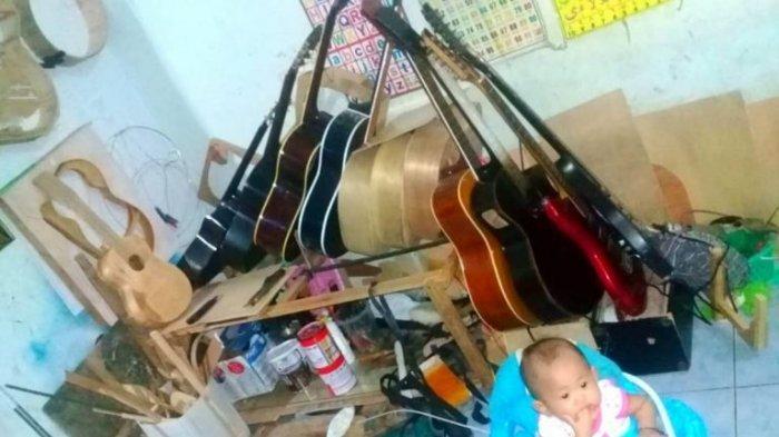 Koleksi Gitar yang dibuat John, perajin gitar di Sungailiat, Kabupaten Bangka.