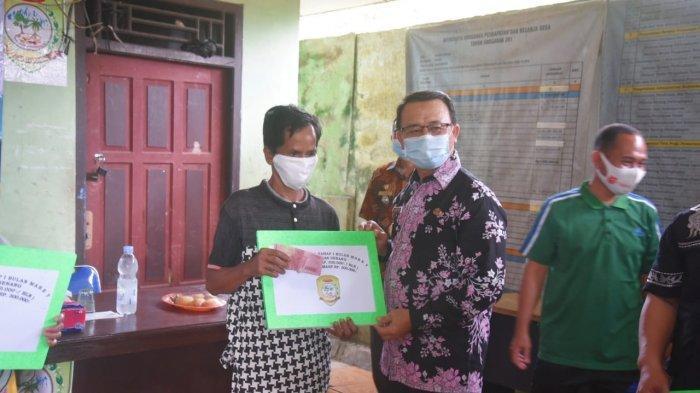 Wabup Bangka Serahkan BLT DD di Desa Maras Senang dan Kapuk - 20210402_wabup-bangka-serahkan-blt-01.jpg