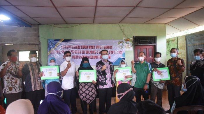 Wabup Bangka Serahkan BLT DD di Desa Maras Senang dan Kapuk - 20210402_wabup-bangka-serahkan-blt-02.jpg