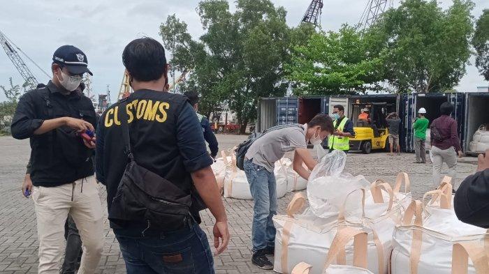 Delapan Kontainer, yang berisi kurang lebih 200 ton mineral ikutan Zirkon, dibongkar paksa di area pelabuhan Pangkalbalam, kota Pangkalpinang, Minggu (4/4/2021).