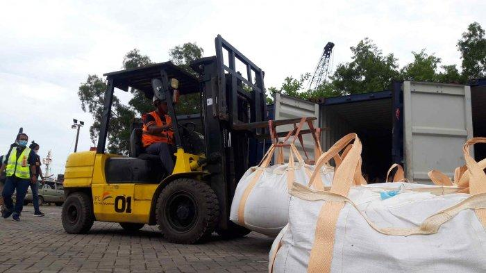 Petugas Indonesia Port Corporation (IPC) Pangkalbalam, Pangkalpinang, Bangka Belitung, membongkar karung yang berisi Zirkon di dalam depan kontainer, di Pelabuhan Pangkalbalam, Minggu (4/4/2021).