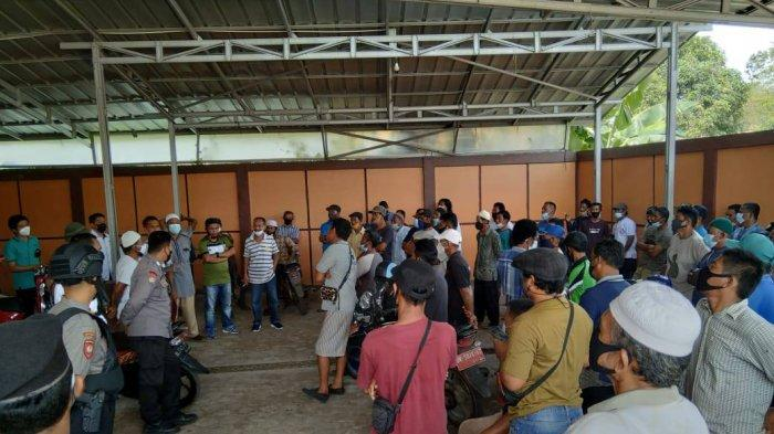 Ratusan warga saat datangi Kantor Lurah Tanjung Ketapang pada Senin, (5/4/2021)