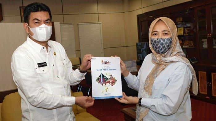 Fahma memberikan buletin CUAL Babel kepada Sekretaris Daerah (Sekda) Provinsi Kepulauan Bangka Belitung Naziarto