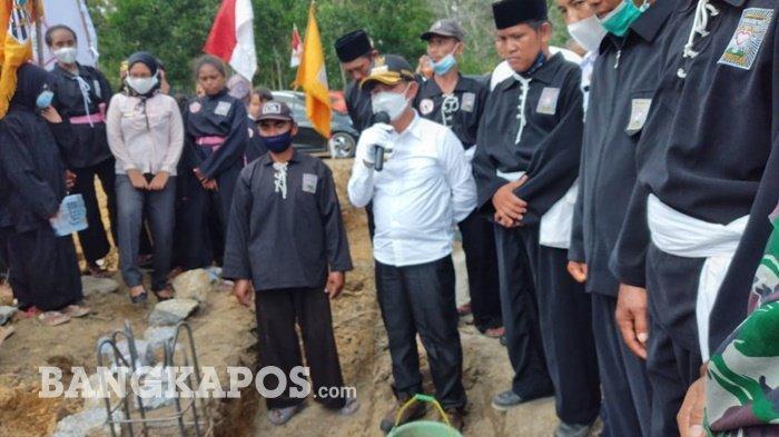 Bupati Bangka Mulkan meletakkan batu pertama pembangunan Padepokan Pencak silat Persaudaraan Setia Hati Terate (PSHT) Cabang Bangka di Kelurahan Air Asam Kecamatan Belinyu, Rabu (07/04/2021) sore