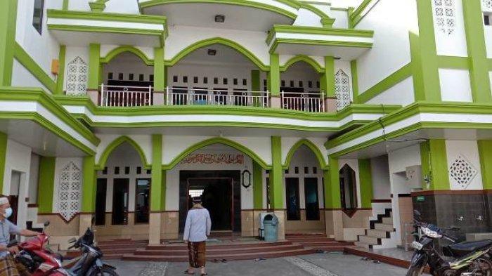 Suasana masjid Baiturrahmah Kelurahan Paritlalang, Pangkalpinang dari luar.