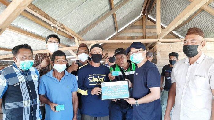 Algafry Rahman Serahkan Bantuan Asuransi Kecelakan Buat Nelayan
