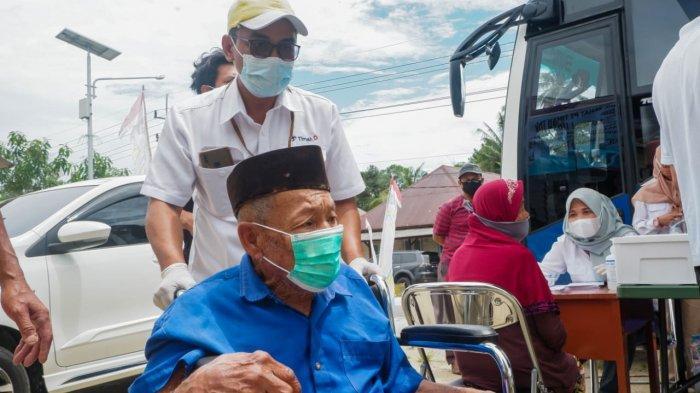 Mobil Sehat PT Timah memberikan layanan kepada warga Desa Kulur