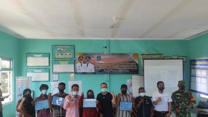 Penyerahan Asuransi kepada para Nelayan di Desa Batu Beriga, Kecamatan Lubuk Besar, Kabupaten Bangka Tengah, Jumat (9/4/2021).