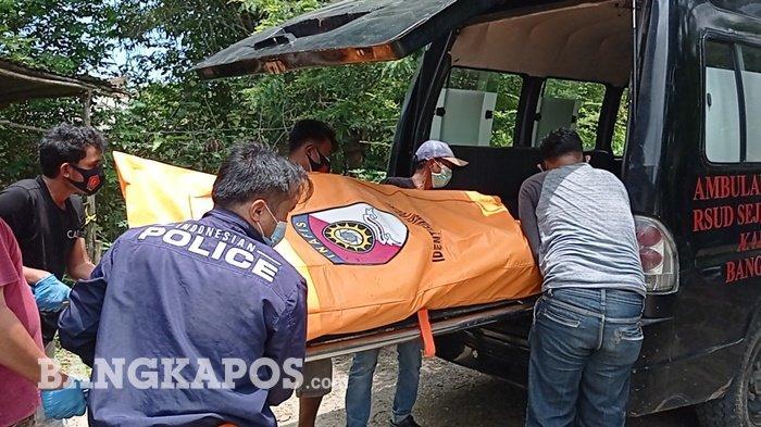 Evakuasi jenazah Muhammad Ilyas (51) warga Jalan Pait Jaya, Gang Matoa, Kampung Pait Jaya, Kabupaten Bangka Barat, Minggu (11/04/2021).