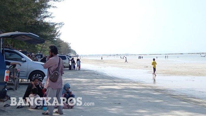 Objek wisata pantai pasir padi di Kota Pangkalpinang dipenuhi pengunjung, Minggu (11/4/2021) saat libur akhir pekan terakhir jelang ramadhan.