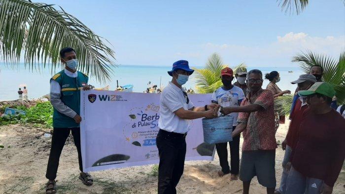 PT Mitra Stania Prima (MSP) berkerjasama dengan Direktorat Polisi Perairan dan Udara (Ditpolairud) Polda Kepulauan Bangka Belitung (Babel) dan Wadah Inspirasi Zakat (WIZ) Bangka Belitung dalam Program Polairud Peduli membagikan sebanyak 75 paket sembako, Alquran Iqro dan masker kepada masyarakat terpencil di Pulau Semujur Kabupaten Bangka Tengah (Bateng), Minggu (11/04/2021).