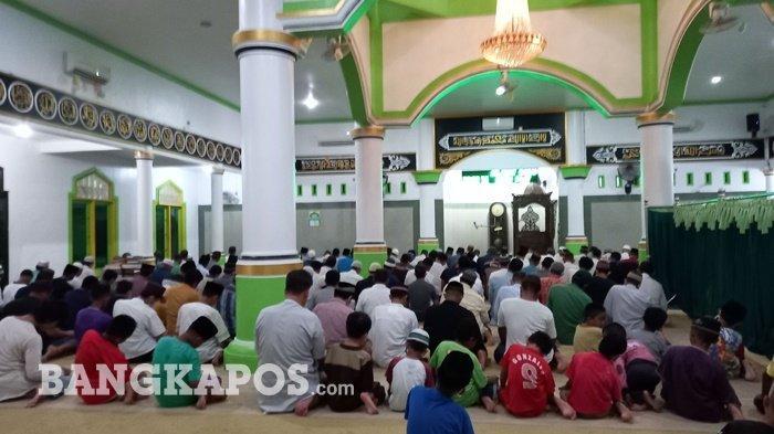 Masjid At-Taqwa Semabung Baru Kota Pangkalpinang menggelar sahalat tarawih pertama, Senin (12/4/2021) malam.