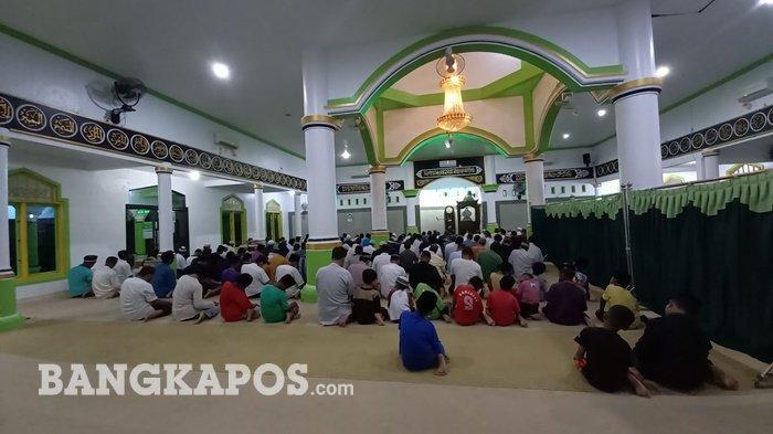 Masjid At-Taqwa Semabung Baru Kota Pangkalpinang menggelar sahalat tarawih pertama, Senin (12/4/2021) mala