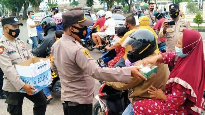 Kapolsek Koba Bagikan 100 Paket Takjil Tiap Minggu, Juga Gelar Patroli Tarawih dan Sahur