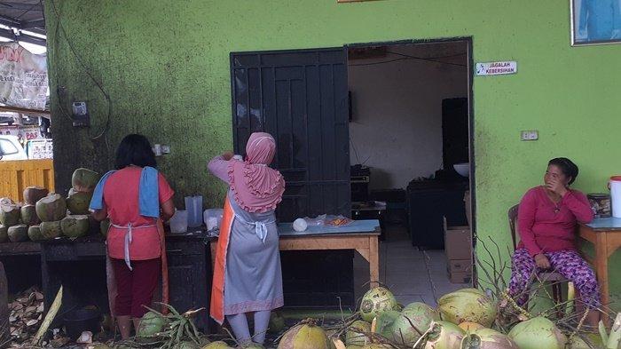 Dibanjiri Pembeli Kelapa, Tiap Bulan Ramadan Julia Raup Omzet Penjualan Jutaan Rupiah Per Hari