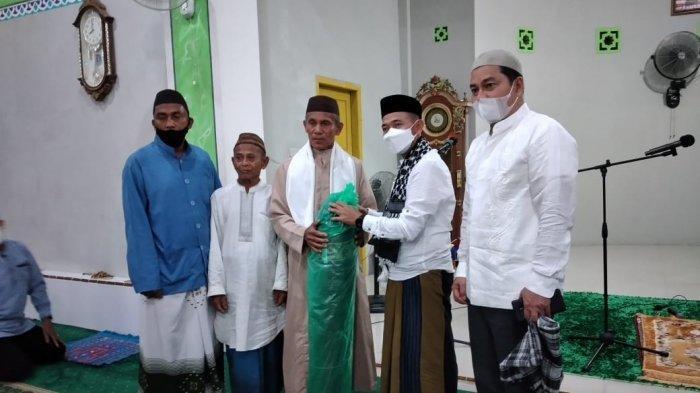 Agenda Bupati Bangka, Wabup Bangka Serahkan Insentif Imam dan Marbot Masjid Jami' Kotawaringin