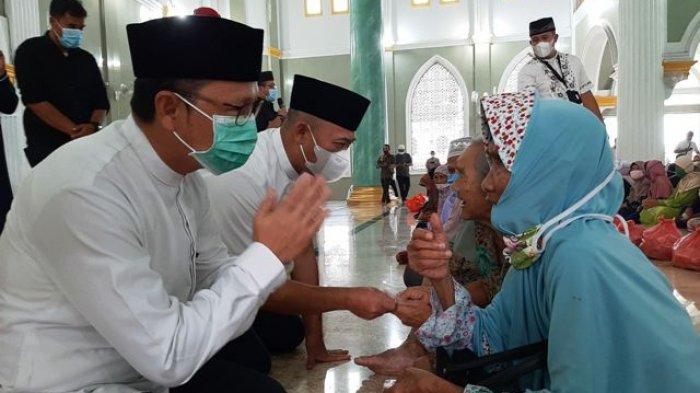 Romsiya Doakan Bupati dan Wabup Bangka Tengah Murah Rejeki Usai Terima Bantuan Sembako dan Uang
