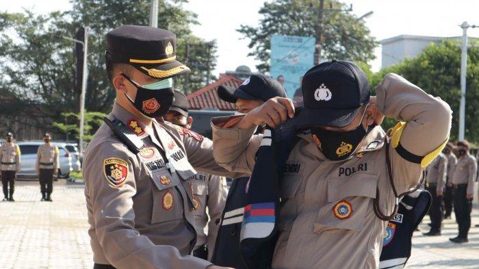 Kapolres Pangkalpinang AKBP Tris Lesmana Zeviansyah menyerahkan rompi untuk personel Bhabinkamtibmas, Senin (19/4/2021) ist / Humas Polres Pangkalpinang