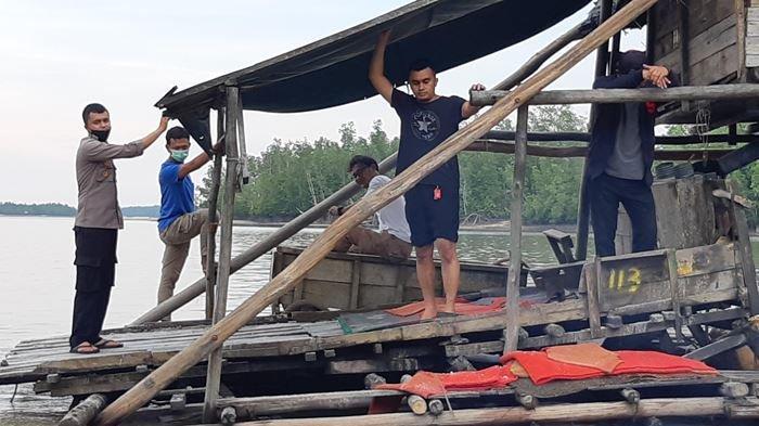 Polisi Hanya Mampu Tarik 5 Ponton Ti Rajuk dari Sungai Primping