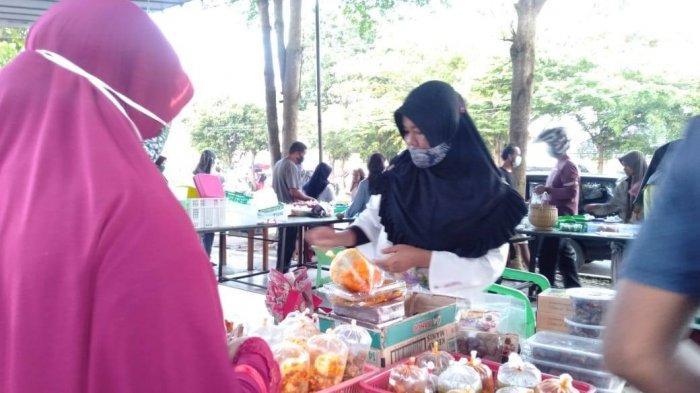 Suasana keramian para pembeli saat berburu takjil di sebrang jalan Perpusatakan Daerah Bangka Tengah