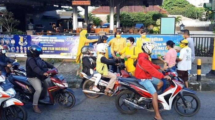 Hari Kartini Pakai Kebaya IIPG dan KPPG Bangka Belitung Bagi Takjil di Sungailiat