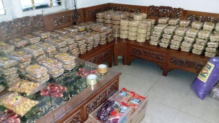 Beberapa kue lebaran yang sudah diproduksi siap dipasarkan.