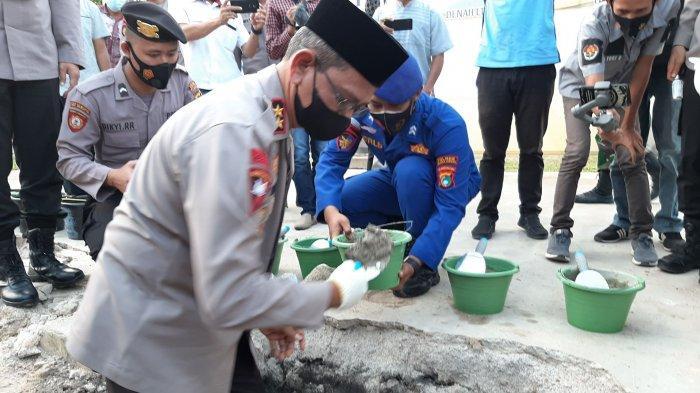 Kapolda Kepulauan Bangka Belitung, Irjen Pol Anang Syarif Hidayat saat meletakan batu pertama pembangunan gedung satu atap Polres Bateng, Kamis (22/4/2021).