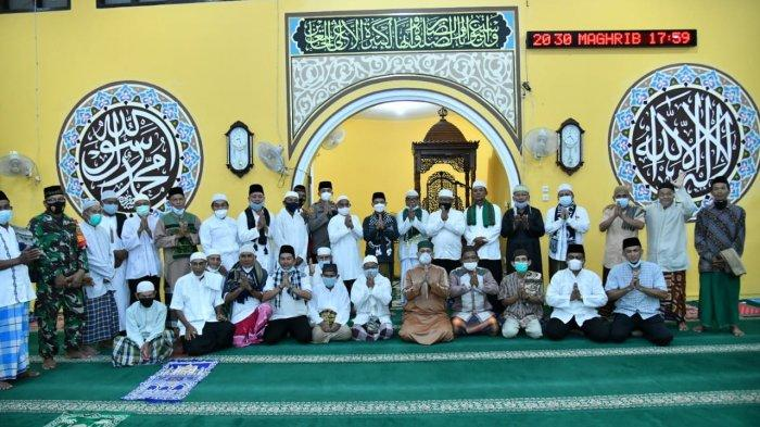 Safari Ramadan, Bupati Bangka Serahkan Insentif Imam dan Marbot Masjid Al Muttaqin Desa Pemali