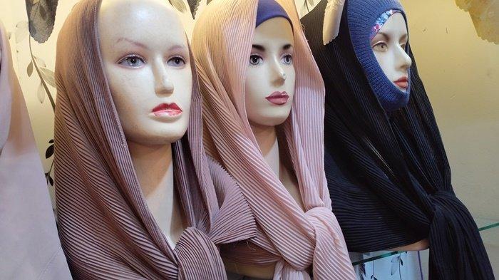 isplay patung di toko hijab menggunakan hijab plisket