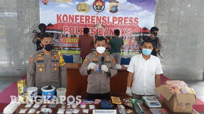 Kapolres Bangka AKBP Widi Haryawan, Kabag Ops Kompol Ricky Dwi Raya Putra dan Kasat Narkoba Iptu Irwan menunjukkan barang bukti narkoba hasil pengungkapan Jum'at (23/4/2021)