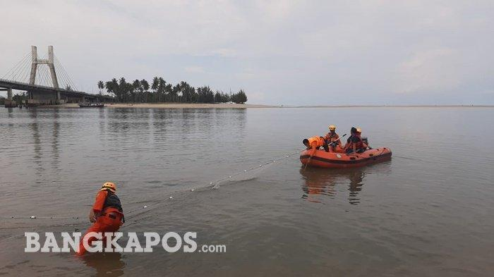 Tim SAR Gabungan Basarnas Babel dan BPBD Kota Pangkalpinang, berupaya melakukan pencarian Noval yang tenggelam di Muara Sungai, Jembatan Pangkalbalam, Kota Pangkalpinang, Jumat (23/4/2021)