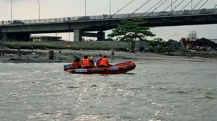 Tiba-Tiba Buaya Kibaskan Ekornya Dekat Perahu Karet Tim SAR, Pencarian Noval Dihentikan Sementara