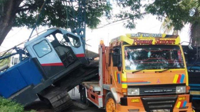 Satu Unit Crane Jatuh dari Truk Tronton di Jalan Ketapang Raya, Jalanan Macet Sejauh 2 Kilometer
