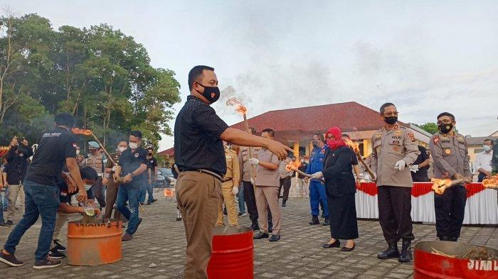 Pemusnahan barang bukti narkotika dan minuman keras hasil ungkap kasus Ditresnarkoba dan Operasi Pekat Menumbing 2021 Polda Kepulauan Bangka Belitung, Selasa (27/4/02021)i