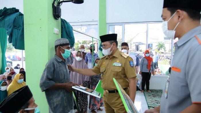 Gubernur Serahkan Bantuan kepada 247 Mustahiq di Desa Air Mesu dan Desa Air Mesu Timur