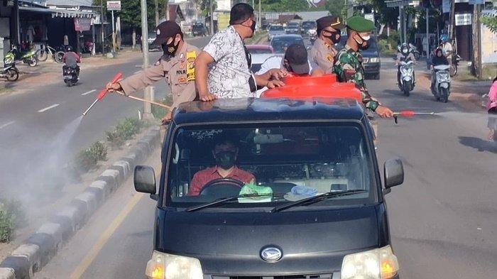 Cegah Penyebaran Virus Covid-19, Kapolsek dan Kecamatan Koba Semprotkan Desinfektan di Jalan Raya