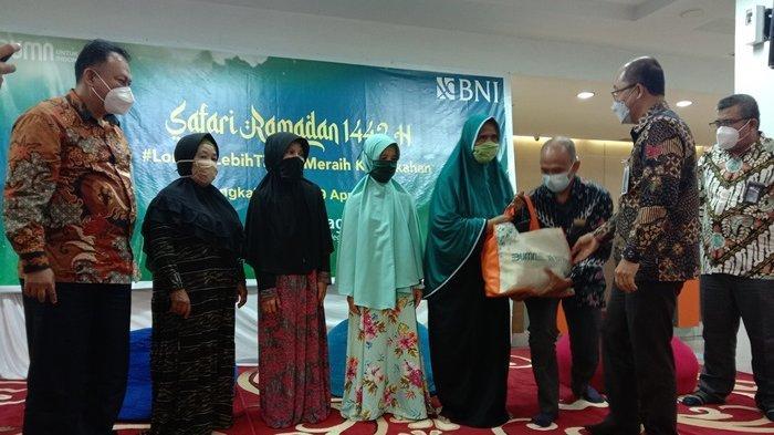 Safari Ramadhan, BNI Cabang Pangkalpinang Bagikan Paket Sembako kepada Warga Kurang Mampu