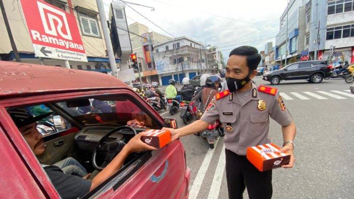 Serdik Sespimmen Bagi 200 Takjil ke Pengguna Jalan di Kota Pangkalpinang - 20210430_serdik-sespimmen-dikreg-ke-61-bagi-bagi-takjil-01.jpg