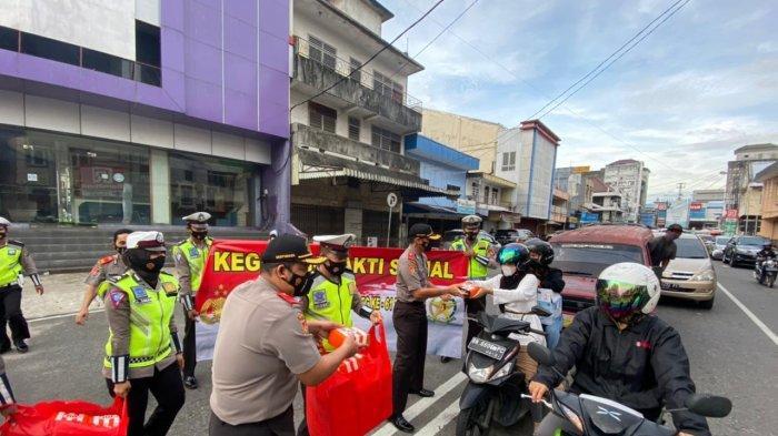 Serdik Sespimmen Bagi 200 Takjil ke Pengguna Jalan di Kota Pangkalpinang - 20210430_serdik-sespimmen-dikreg-ke-61-bagi-bagi-takjil-02.jpg