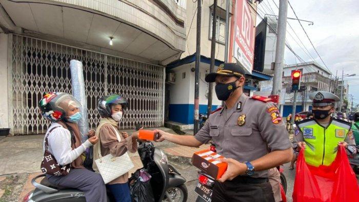 Serdik Sespimmen Bagi 200 Takjil ke Pengguna Jalan di Kota Pangkalpinang - 20210430_serdik-sespimmen-dikreg-ke-61-bagi-bagi-takjil-03.jpg