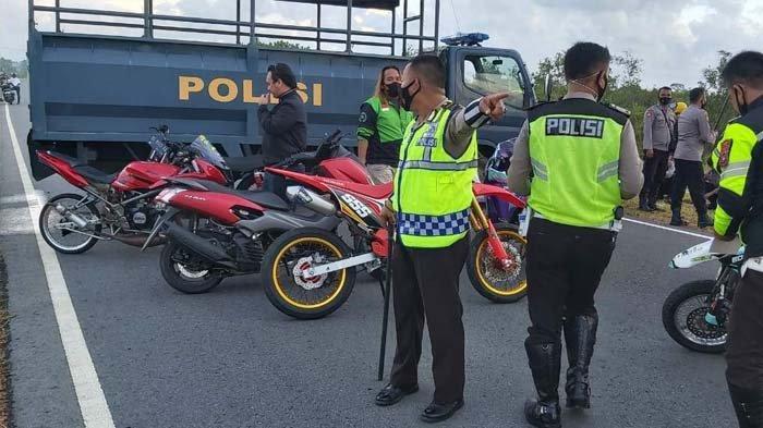 Personel gabungan dari Polres Bangka dan Polsek Merawang melakukan penertiban balap liar di Lintas Timur jalur dua Jembatan Emas Aik Anyir Kecamatan Merawang Kabupaten Bangka Minggu (2/5/2021).