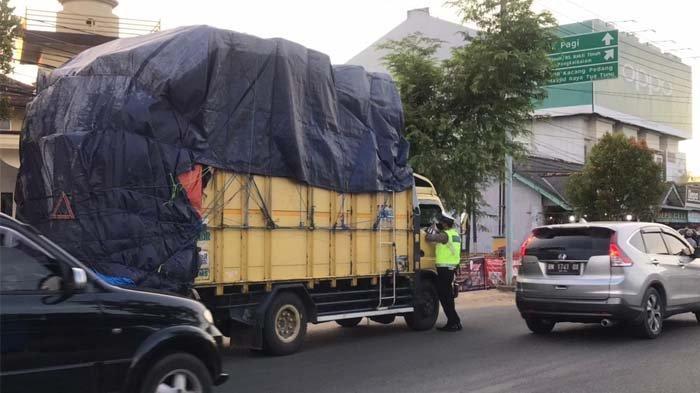 Satlantas Polres Pangkalpinang tertibkan kendaraan bermotor yang menggunakan knalpot racing atau brong dan muatan berlebihan, di Jalan Raya Kota Pangkalpinang, Minggu (2/5/2021).