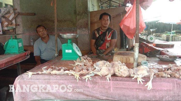 Jekir (baju hitam) pedagang ayam di Pasar Ratu Tunggal (Pasar Induk) kota Pangkalpinang saat ditemui Bangkapos.com, Selasa (4/5/2021)