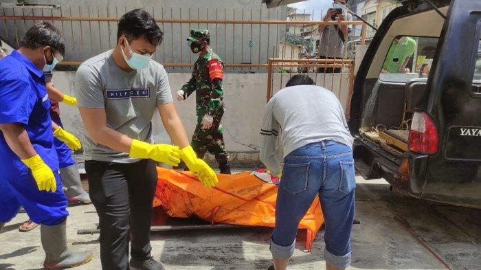 Tjen Nem Tjiong (91) dievakuasi oleh Tim Identifikasi Polres Pangkalpinang dari kediamannya di Jalan Kapten Suratman Arief, RT 6 RW 3 Kelurahan Masjid Jamik, Rakui, Kota Pangkalpinang, Selasa (4/5/2021)