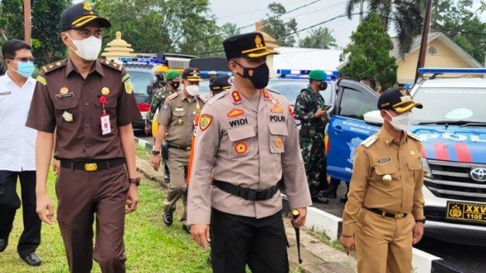 Bupati Bangka Mulkan dan Kapolres Bangka AKBP Widi Haryawan mengecek kendaraan terlibat Operasi Ketupat Menumbing 2021 Rabu (5/5/2021) di Polres Bangka.