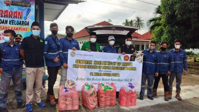 GP Ansor Bangka dan PT MSP Bagikan 250 Takjil Untuk Pengendara
