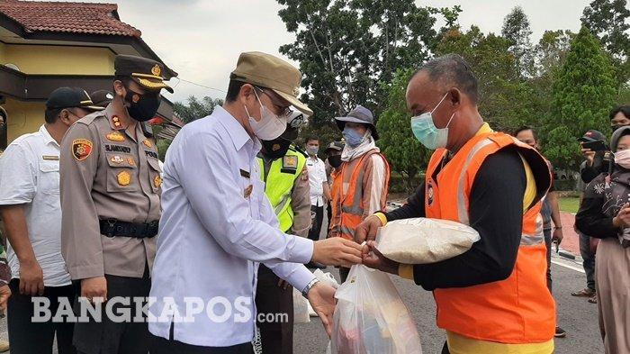 Kapolres Bangka Tengah AKBP Slamet Ady Purnomo bersama Bupati Bangka Tengah, Algafry Rahman saat menyerahkan paket sembako kepada petugas kebersihan, Pasukan Sopir Koba (PSK), dan ojek di halaman Polres Bangka Tengah, Rabu (5/5/2021).