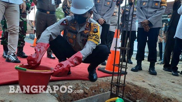 Kapolda Letakan Batu Pertama Pembangunan Gedung SPKT Polres Pangkalpinang, Bagikan Sembako ke Warga
